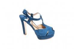 Scarpa a sandalo in camoscio con tacco alto e plateau esterno.Classico sandalo estivo per la donna elegante.