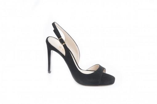 Sandalo da donna elegante con tacco alto e cinturino glamour sul piede.