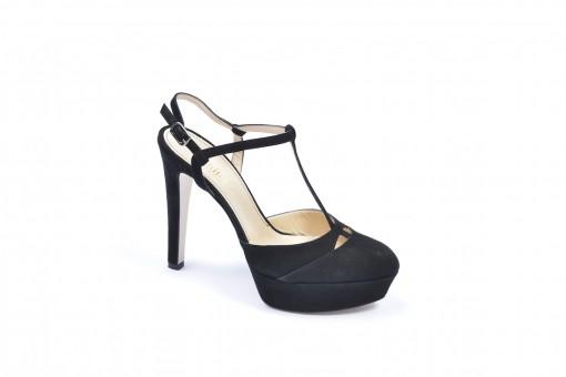 Scegli le tue scarpe con i tacchi alti e i plateau.Scopri le nostre calzature da donna.