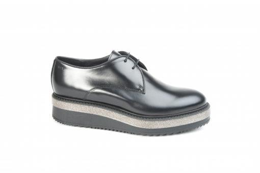 Stringata da donna in pelle nera con suola di gomma, scegli le calzature Sax originali italiane.