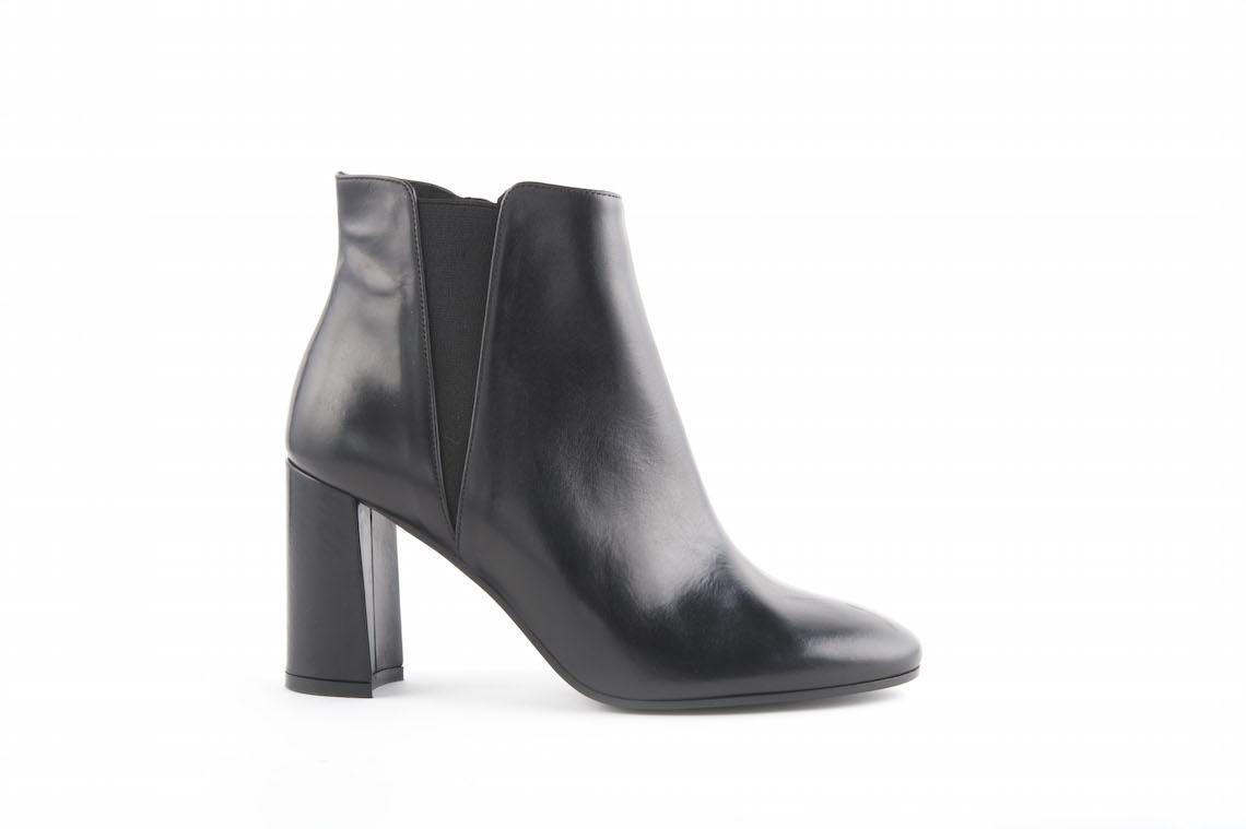 in vendita 42cff eb16f Stivaletto elegante in pelle nera con elastico sottile laterale.
