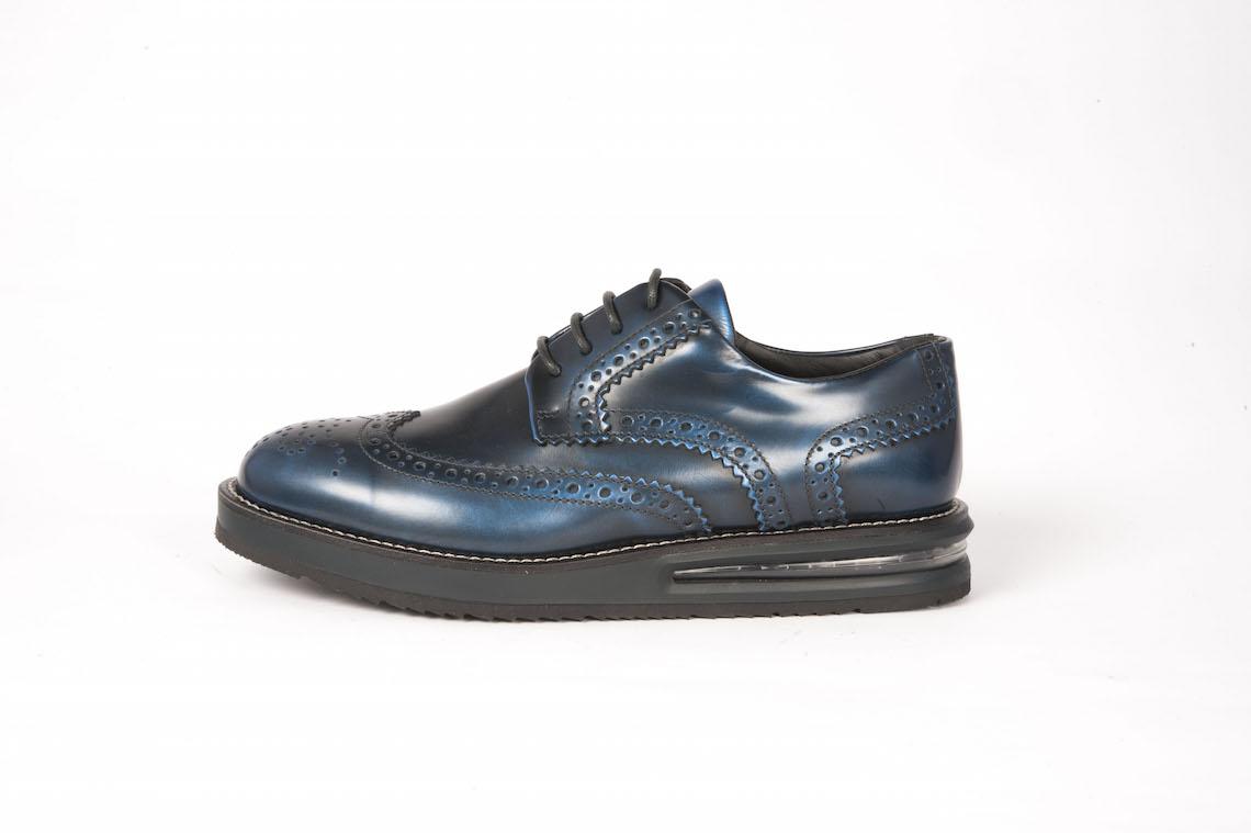 sneakers for cheap 8fa89 a81d9 Scarpe allacciate in vitello spazzolato con suola sportiva.