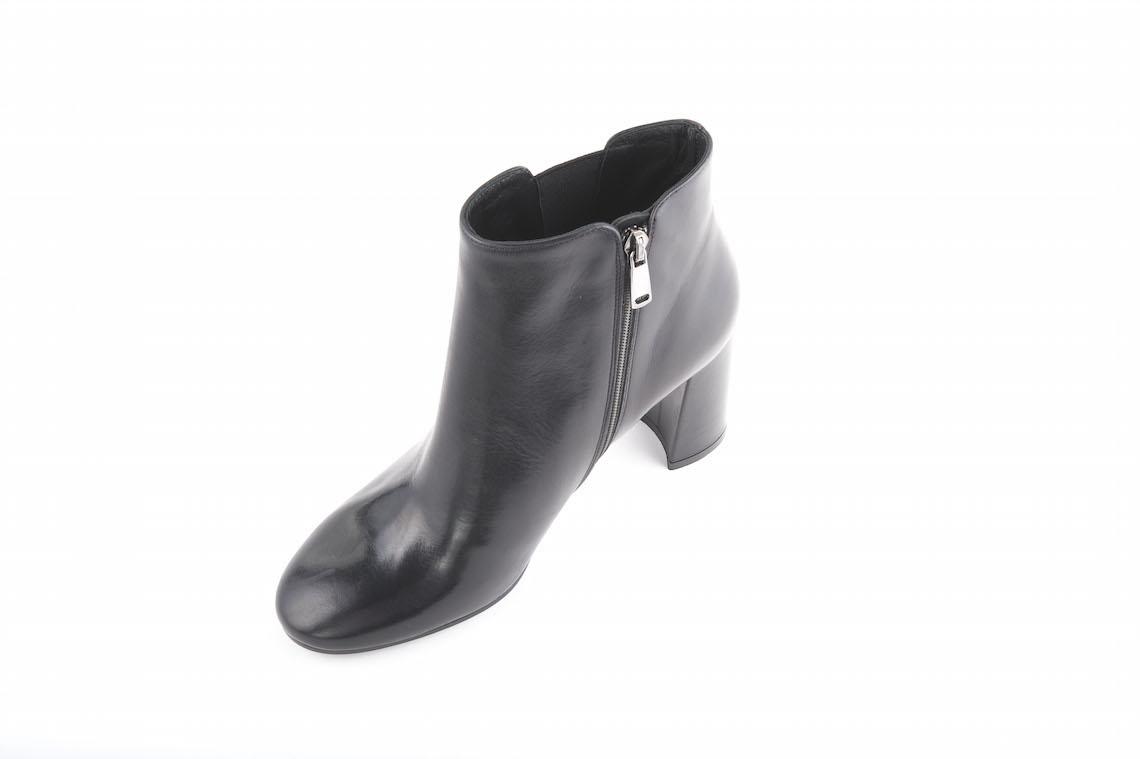 Stivaletto elegante in pelle nera con elastico sottile laterale ... 3816043e304
