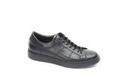 Sneakers da uomo in pelle nera adatta all'abito ma anche ad un abbigliamento più casual.