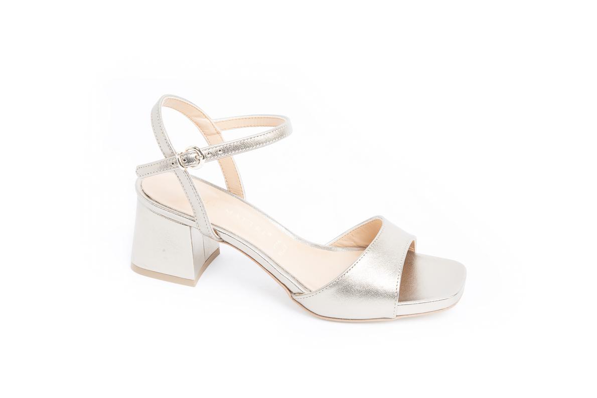 818810c71caaa I sandali classici da donna con il tacco comodo da portare tutti i giorni.