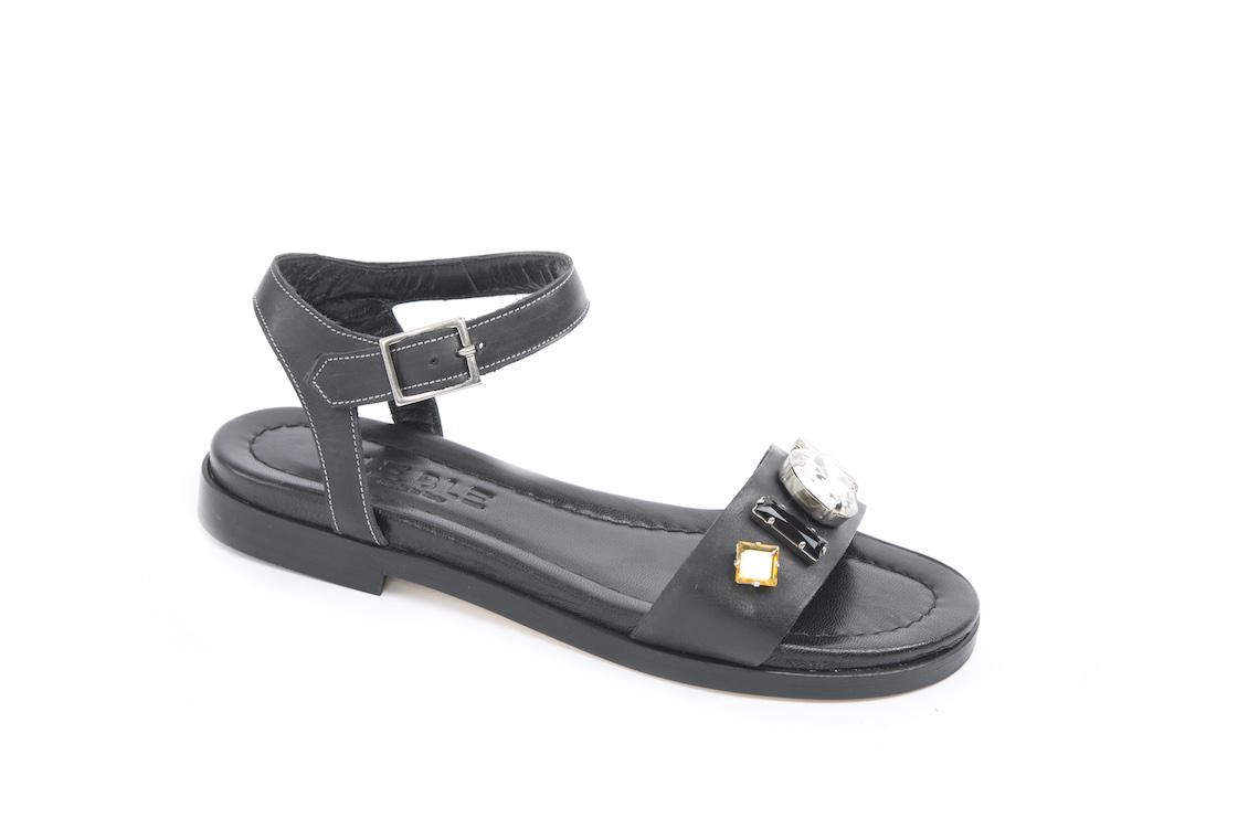 Scopri i nuovi sandali con il tacco basso e le pietre sulla tomaia 625e2e2ecb6