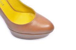 hot sale online a3065 7699e Decolletè in pelle forma tonda con plateau e tacco alto.
