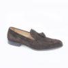 Scegli i mocassini eleganti e sportivi, tomaia in cmasocio e suole di cuoio cucite a mano.